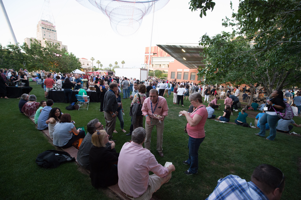 Attendees at NPC16 in Phoenix enjoyed an outdoor welcome reception. APA photo by Joe Szurszewski.